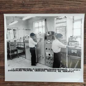 超大尺寸: 1982年,内蒙古呼和浩特市卫星通信地面站,工程师正在测量国际卫星发来的信号