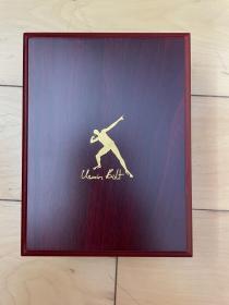 博尔特 亲笔签名 北京奥运会金牌 psa证书 保真  博尔特亲笔签名的北京奥运会金牌(奖牌为复刻)。保证亲签,有psa/dna鉴定,有psa证书(证书贴在金牌背面)世界最权威鉴定机构。品相完美,附送限定收纳盒一枚。