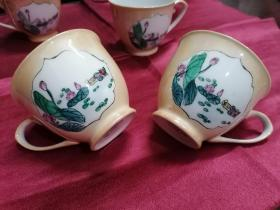 建国早期六十年代特色彩绘瓷器---咖啡杯子(茶杯)(五福临门 5个杯 )雍容华贵,精美雅致 手绘鸳鸯荷花纹 奶黄釉显影暗花纹,工艺别致 完美品相,珍藏品级。送礼 使用,收藏 摆设均为佳品 底款:中国制造 (杯高7 厘米 口宽8.2厘米 )