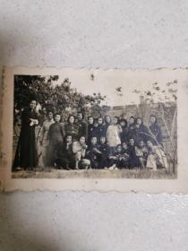 民国老师和女学生合影照片
