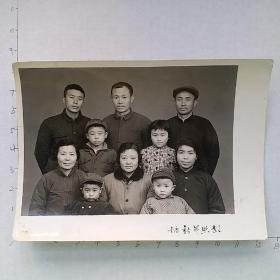 黑白照片:重庆新艺照相 1974年全家福