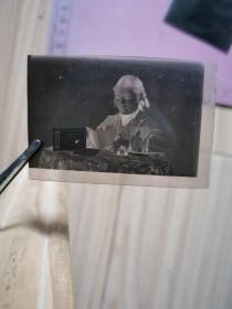 老照片:一位女青年在看毛选底片(桌上有毛主席像和毛主席语录牌)