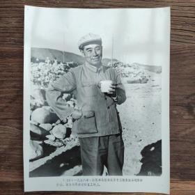 超大尺寸:1958年,周恩来在北京十三陵水库工地上参加劳动,拿搪瓷缸喝水