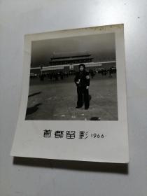 天安门1966年佩戴像章袖章,手拿毛泽东选集照片