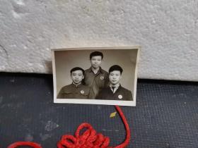老照片:戴主席像章的三青年照片