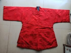 清代美女时装宽袖红色绸缎花衣服上有二个料珠子。130/83
