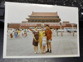 90年代一家人在天安门前留影(彩色老照片)