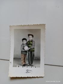 六七十年代两小孩手工上色照片