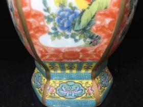 雍正年制 手绘粉彩描金棱形瓶  (高27cm)纯手工胎绘制 颜色鲜艳 线条纤细流畅 包浆均匀饱满 底部磨损自然 品相极好 成色尺寸如图 特价