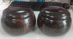 黑檀碁笥,特大,蛤碁石棋罐,日本围棋。 黑檀碁笥特大,可装36号及以下蛤碁石,有使用痕迹,轻微划痕,其中一只罐有微裂,自罐口开裂,未到罐中部就停止开裂了。正常使用无问题。纹路较为漂亮,黑檀制罐相对较少,手感厚重。  因特殊商品售出概不退换。