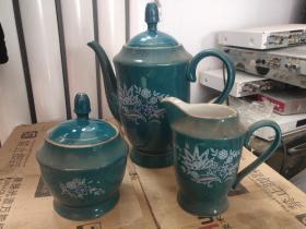 """宣化陶瓷茶具一套(一壶、一罐、一茶海,6个杯 、6个碟)底款均标""""中国宣化""""和长城图案,完整的一套,十分难得。"""