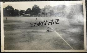 【照片珍藏】民国山东烟台垒球或板球场及周边场景,画面中间有运动员正做出击球动作。老照片内容少见、颇为难得