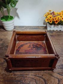 紫竹大烟盒,中间是牡丹写成的寿字!!四周是牡丹花和长青竹图案!!揿卯工艺!!!包老清代!!!全品!!!