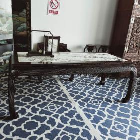 赞比亚血檀木画案两件套镶嵌云石 高端大气,木材光泽度高于里面镶嵌玉石成强烈对比 桌子214*95*82   椅子90*63*104