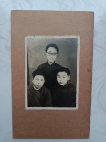 民国时期学生合照,带木板。穿长衫带眼镜