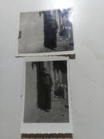 女士佩戴毛主席像章照片两张