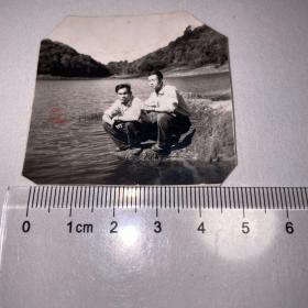 两青年湖边照片