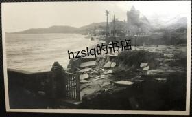 【照片珍藏】民国山东烟台海岸街近烟台山处场景,可见安立甘教堂及旁边碎石板等。老照片方位少见,内容特殊、甚为难得