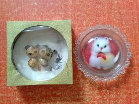 2件合售:三峡石工艺品(石头画的双猫+中国唐山瓷盘 带原盒)、玻璃盘毛绒猫
