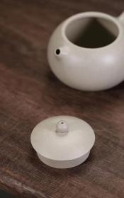 『高石瓢』 象牙白段·160cc·9孔  平鼓 稀有石黄泥 容量280CC 石黄壶,可以软化水质,让水分子变小,可使是普通的水弱碱化,能长期改善人体的酸碱平衡。