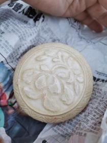 宋代湖田窑系土窑花卉纹粉盒,有略有土蚀。