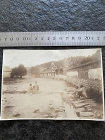 民国初期广东乡村民宿街景老照片 老妇人门在门前小河边洗衣服