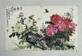 何扬 吴茜 现代绘画馆馆长。 生于苏州市的艺术世家。58年考入北京工艺美术学校,毕业后从事商业美术设计工作。78年调入北京画院成为专业画家至今,副教授职称,北京美术家协会成员。60年向叶浅予先生学习人物速写,并向李苦禅先生学习大写意画,研修传统笔墨,有了坚实的绘画功底。70年代创作谱新歌,笛声等人物画作品。任中国政府批准的第一家私人美术馆———何扬吴茜现代绘画馆馆长