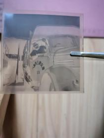 """老照片:一位女司机从解放牌汽车驾驶室中探出头底片(车门上有:""""武汉第三机床厂""""字样)"""