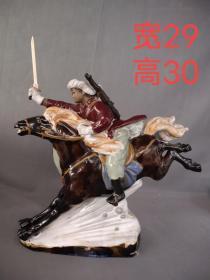 瓷制骑马人物摆件,品相完整,人物栩栩如生,做工精致漂亮
