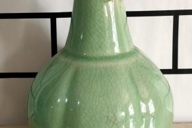 开片绿釉兽耳花瓶一对!