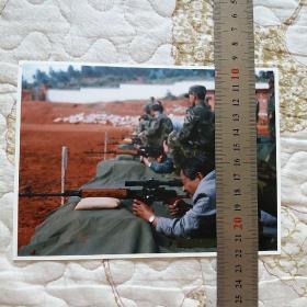 新闻照片:和志强省长参加部队射击训练。(17.4X12.7Cm)