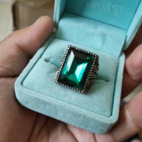 藏区回收的藏银镶嵌仿绿锆石戒指一个,方形的,尺寸1.9-2.0