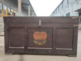 下乡收到一个木箱,彩绘毛主席万岁,做工优良,铁活齐全,保存完好,非常有时代色彩,尺寸90✘50✘高49