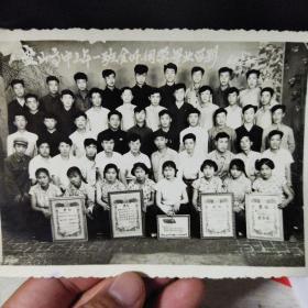 黑白老照片:盘山高中三年一班全体同学毕业留影1964