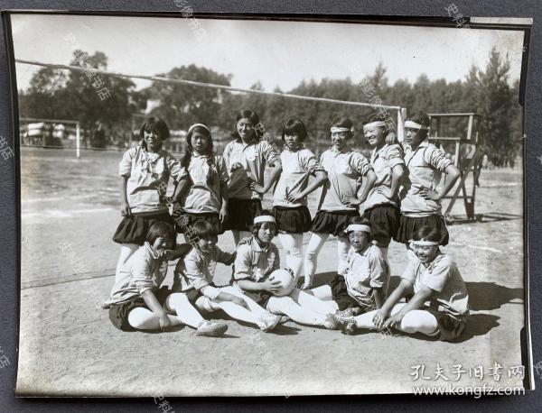 【吉林体育史料】1935年 满洲国通信社写真部摄制 伪满洲国第三届体育大会女子足球项目冠军吉林队全体合影照一张(伪满洲国体育大会从1932年10月直至1943年太平洋战争爆发停办,共举办过11届。)