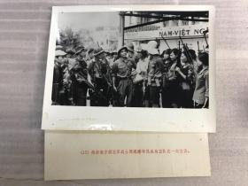 越南南方解放军战士同岘港市民兵自卫队在一起交谈 老照片21102319