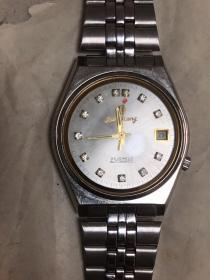 老书桌里翻出70年代机械手表,表盘上十几颗钻,全新可使用,送老爸最佳怀旧礼物