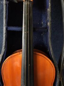 小提琴,做工极为精致考究!前面乌木点缀,琴身金丝楠木,用料考究!集各种名贵木质于一身!品相一流!
