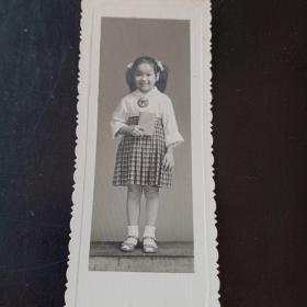 手拿红宝书的儿童老照片一张!