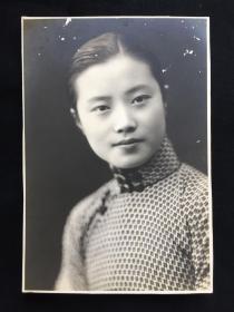 """花开自一奇:民国美女老照片精品一帧:民国,是中国于封闭向开放过渡阶段最特别一段历史。其中女性权利也被逐渐开放。此民国玉照,佳人面容柔和端庄,眼神清澈坚定,嘴角上扬,笑意盈盈,在属于她们的旗袍时代中恣意绽放,美的自然且纯粹。""""不刻意彰显什么,却都能成为传奇;即使隔着时光,依然没有厌倦。"""",此物如是。"""