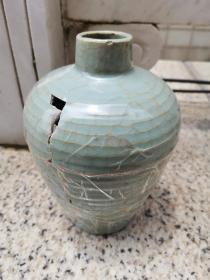 古窑址发掘,官窑级弦纹梅瓶,裂成多片,有缺。虽残犹美。