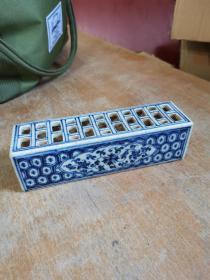 清代 缠枝云水花卉纹 青花瓷镇纸,镂空窗格纹,工艺精湛。约20厘米。