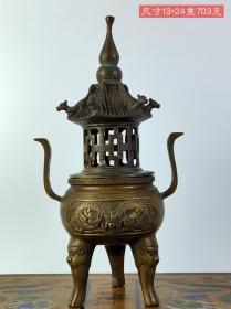 铜制三足双龙戏珠熏香炉,雕刻精美,包浆厚重,磨损自然,刻画形象细腻逼真,品相完整,成色如图。