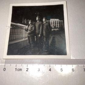 3军人夜景照片