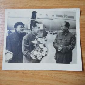 老照片:周总理出访苏联归来:毛主席和朱德亲往北京机场迎接