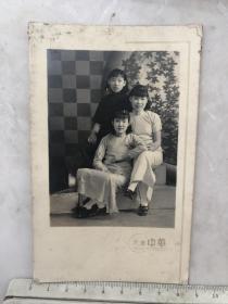 民国时期三个旗袍美女合影原版老照片,天津中华照相馆