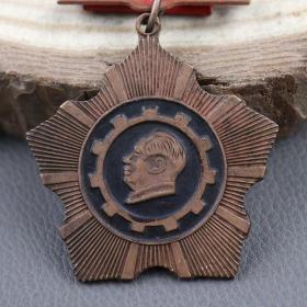 红色收藏像章军功章铁质胸章徽章勋章抗战奖章成都建设劳模纪念章