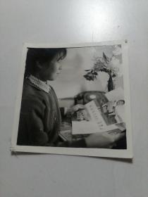 女士观看画报照片