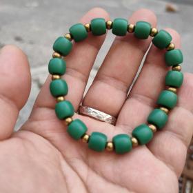 藏传绿雪巴手串隔珠纯铜的。看图,仅此一条,售出不退不换不墨迹。看好再拍。尺寸0.9