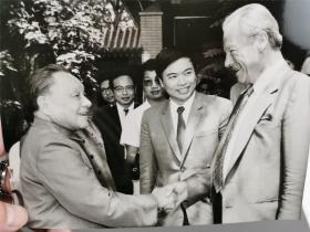 邓总设计师与外国来宾握手照片